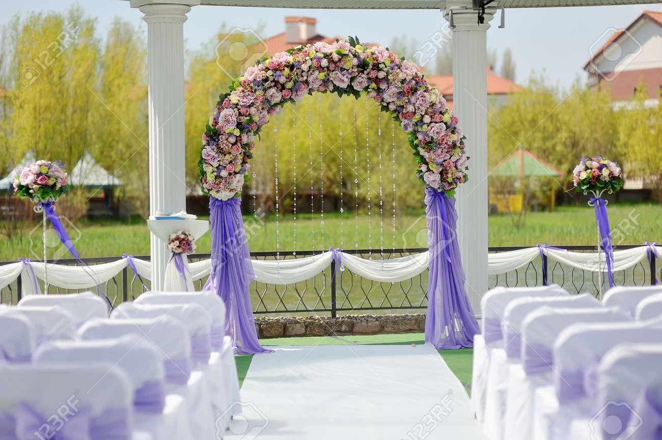 Préférence Pergolato Matrimonio Con Un Arco Di Fiori E Sedie Bianche Foto  XQ47
