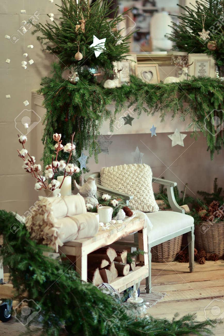Das Gemütlich Eingerichtete Zimmer Weihnachtsdekoration Rustikalen ...