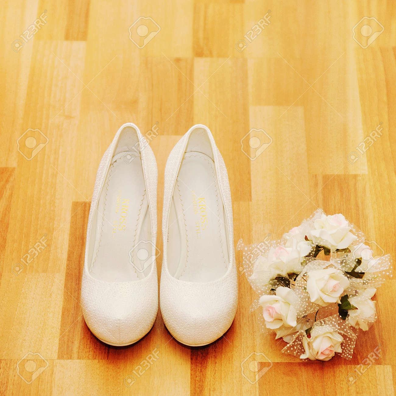 Hochzeitsstrauss Mit Schuhen In Braut Raum Lizenzfreie Fotos Bilder