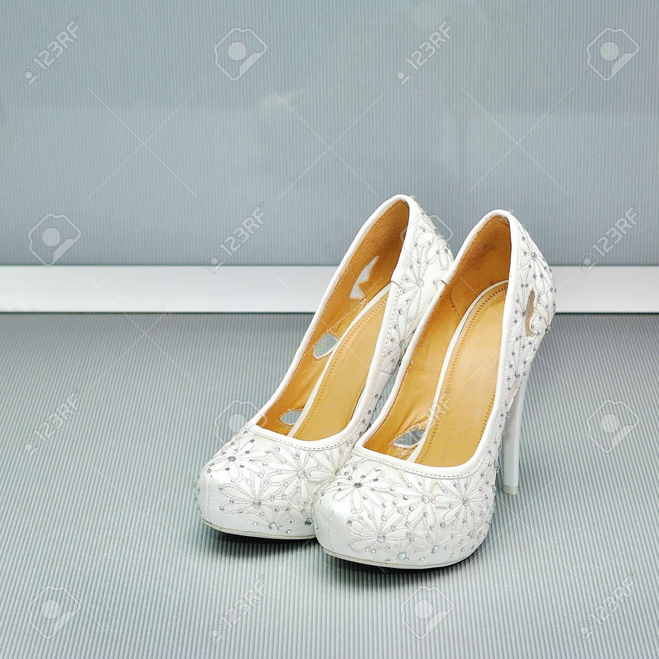9d15943772 Foto de archivo - Par de zapatos blancos de tacón alto para mujer