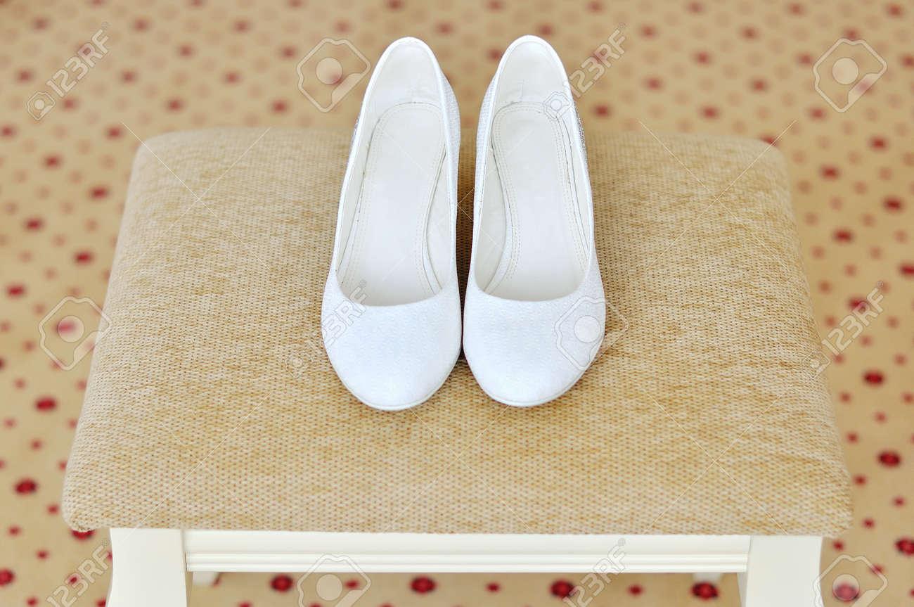 b306cb65b Foto de archivo - Par de zapatos blancos de tacón alto para mujer