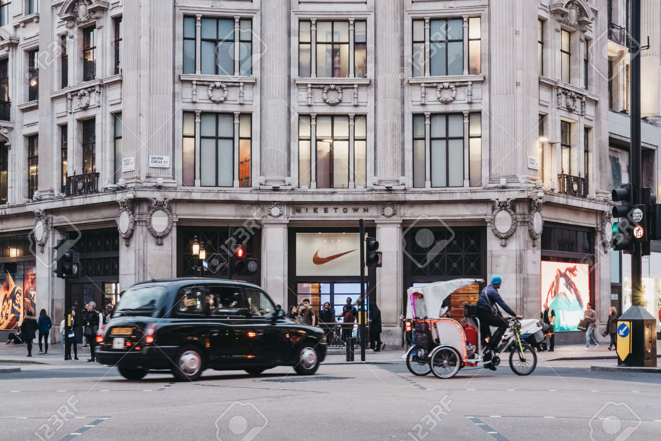 Campaña líquido entre  Black Cab And Rickshaw Passing In Front Of Nike Town, Nike's.. Stock Photo,  Picture And Royalty Free Image. Image 87459872.