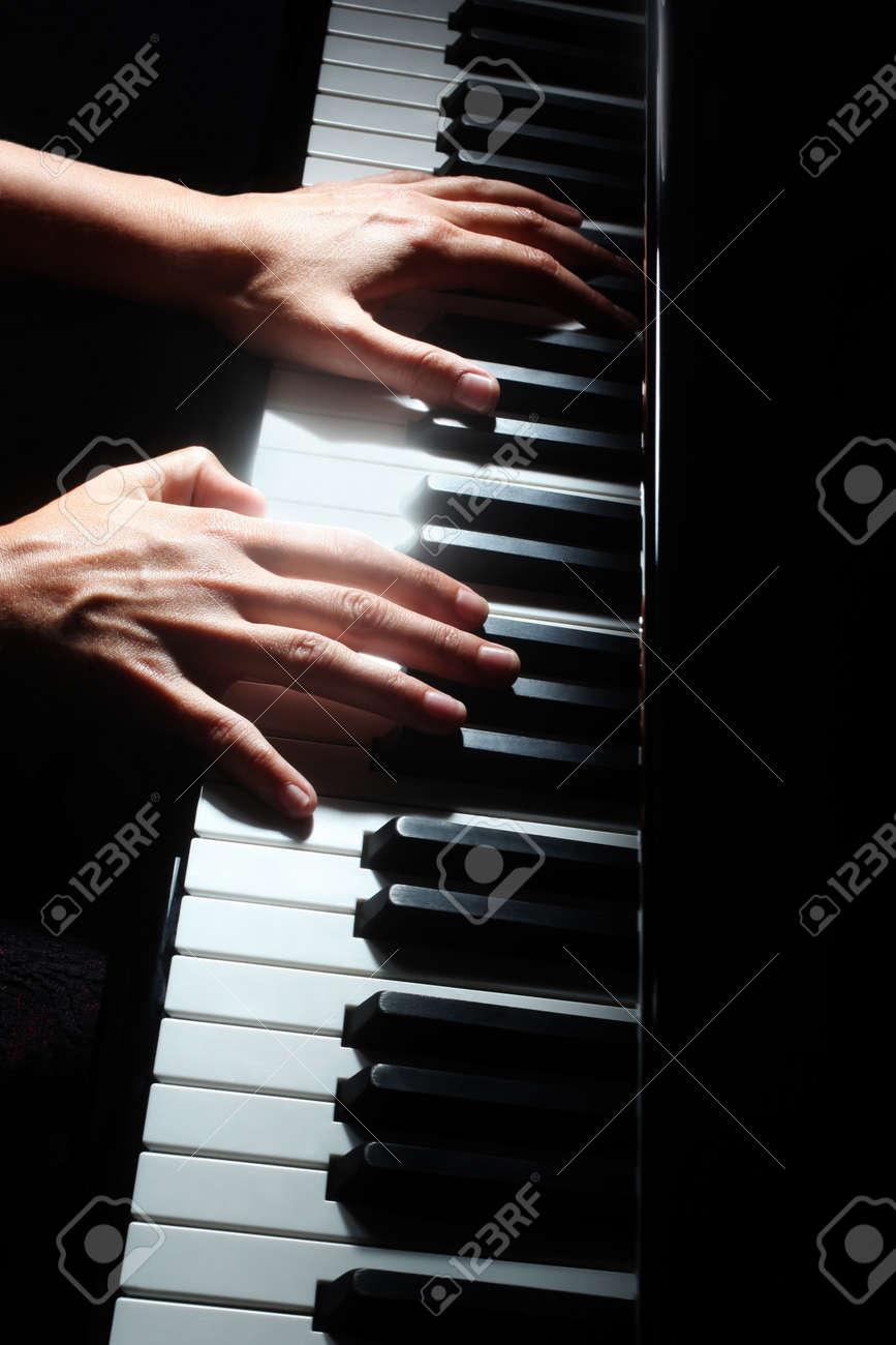 Фото крепких спортсменов мужчин у клавиатуры фортепиано 5