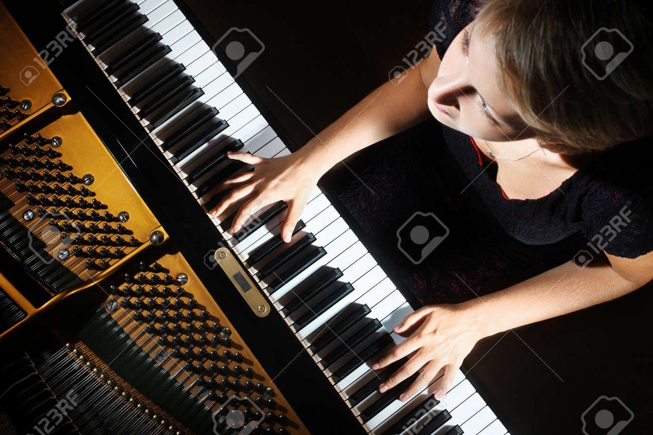 Piano player Standard-Bild - 19968211