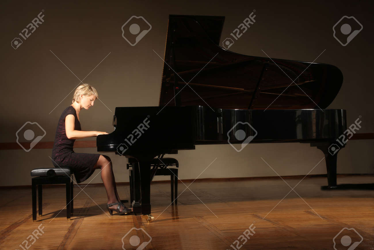 Grand piano pianist playing concert Standard-Bild - 22203572