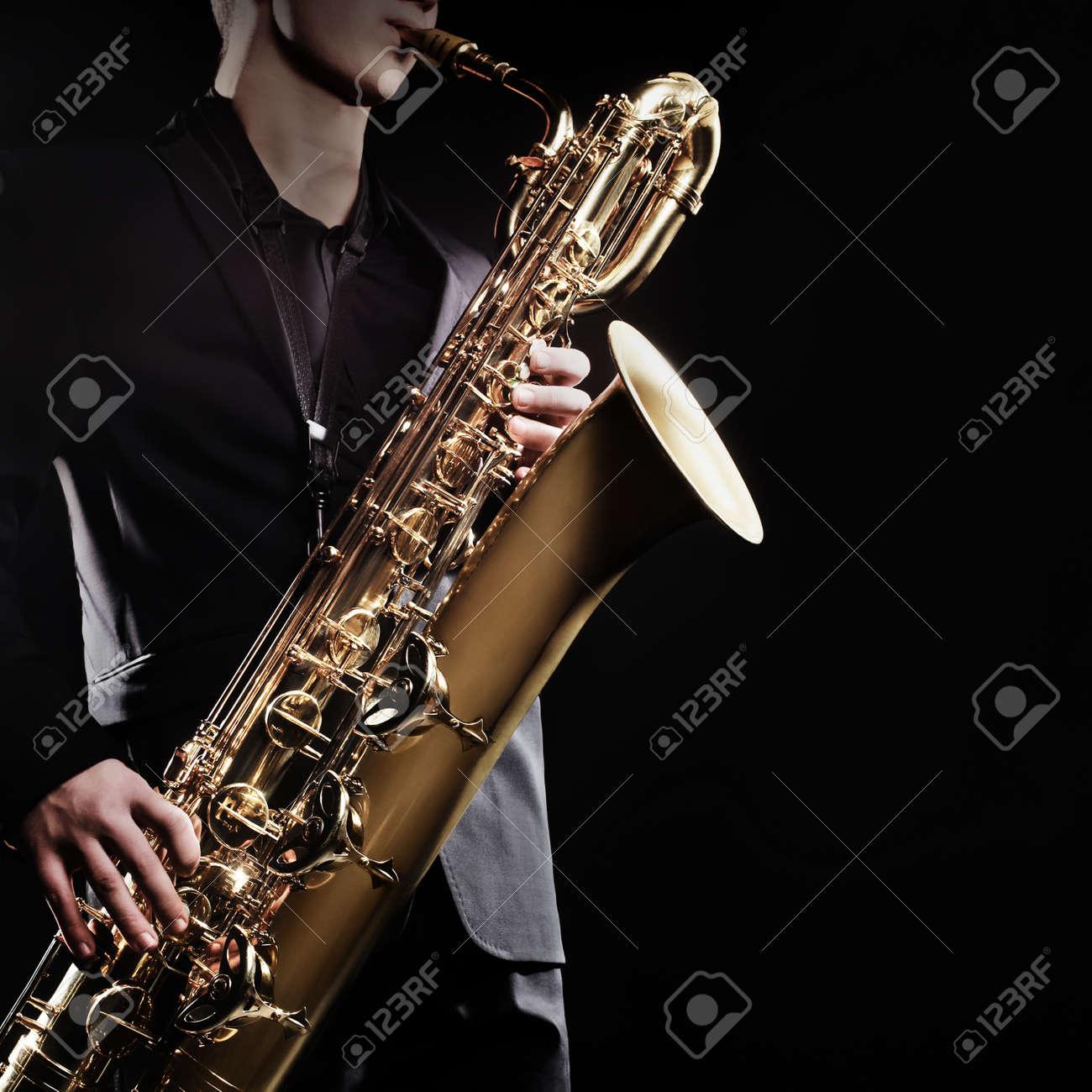 サックス ジャズ楽器とサックス バリトン サックス奏者 の写真素材画像
