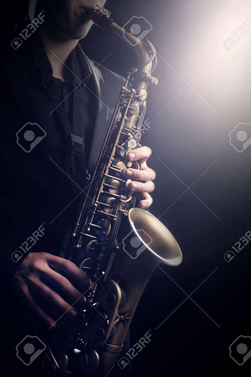 Saxophone payer Saxophonist playing Jazz music alto sax Standard-Bild - 63986704