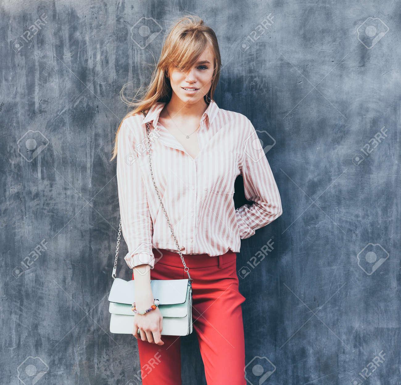 Giovane Donna Vestita Blusa Con Di Ritratto Una Pantaloni Chino Una T6EwR