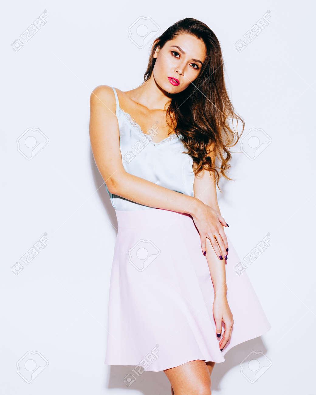 d2a1eb29bbdfb0 Mode et Style. Incroyablement belle fille brune posant dans une jupe rose à  la mode et blouse bleue. Tenue légère de l'été. Sur fond blanc en ...