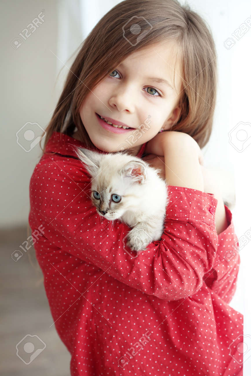 Home portrait of adorable child with small kitten - 18496557-Home-portrait-of-adorable-child-with-small-kitten-Stock-Photo