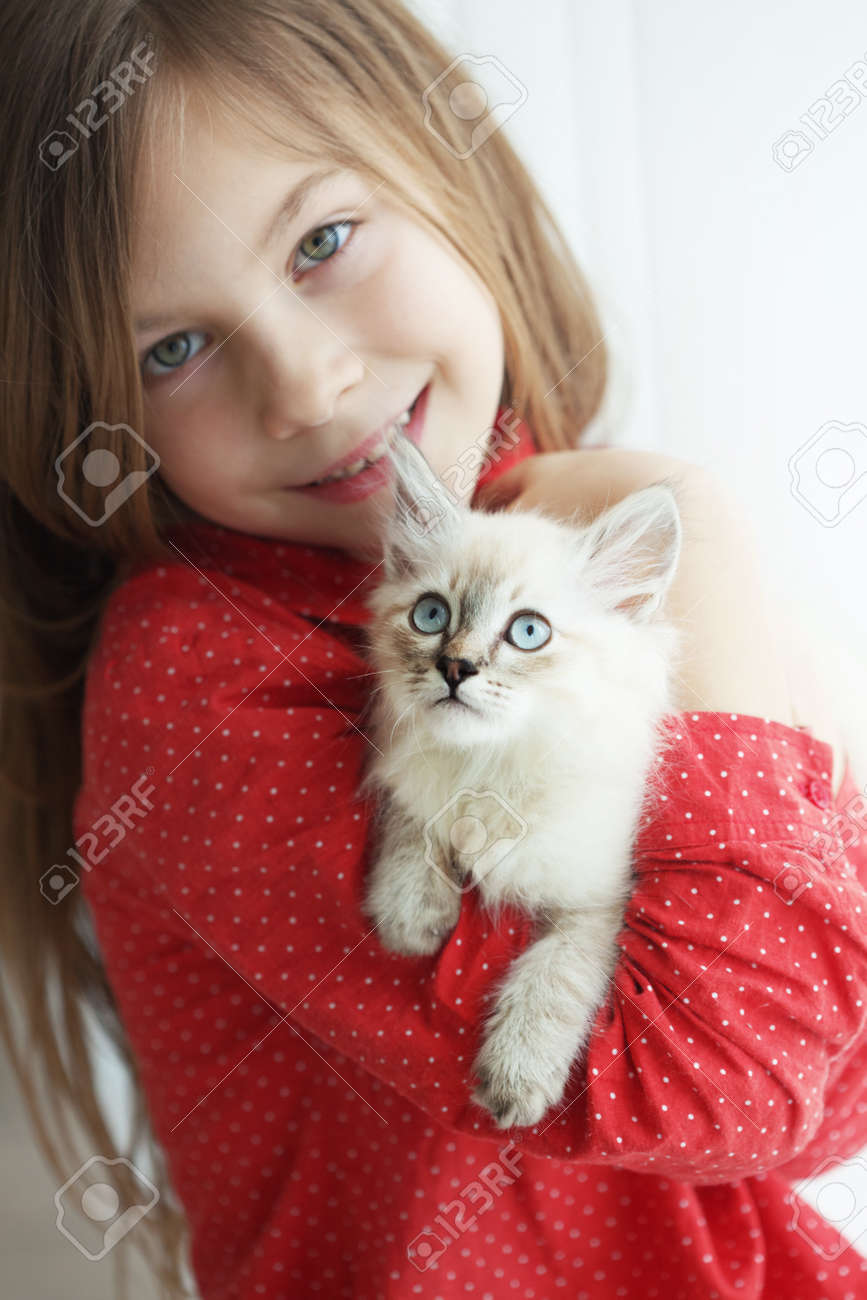 Home portrait of adorable child with small kitten - 18496599-Home-portrait-of-adorable-child-with-small-kitten-Stock-Photo