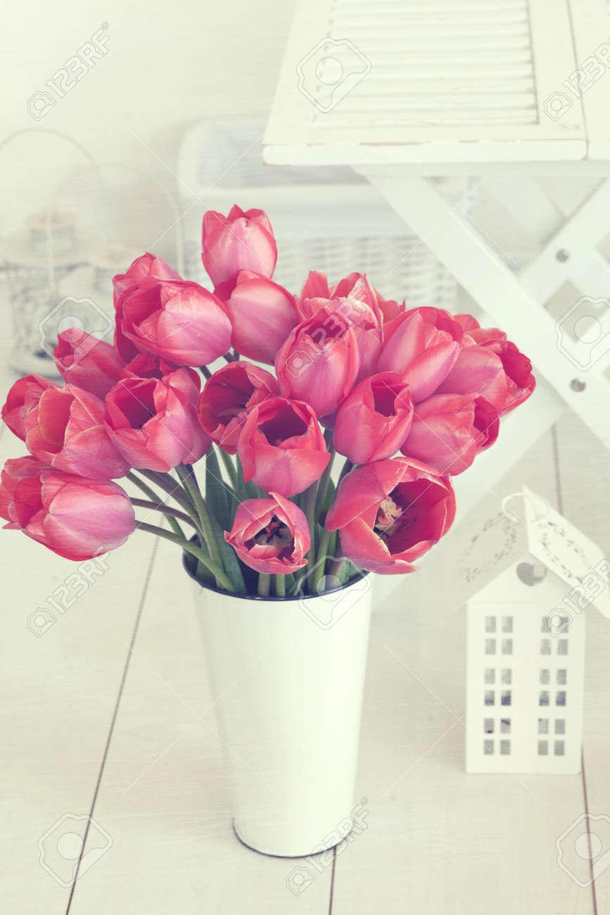 Vintage Shabby Chic Foto Di Bouquet Di Tulipani Primavera In Un ...
