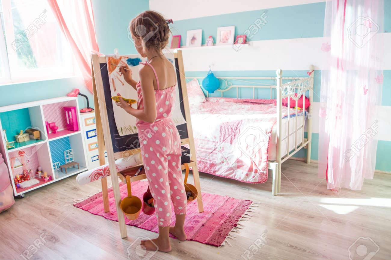 7-8 ans enfant dessin sur chevalet dans la chambre des enfants à la maison