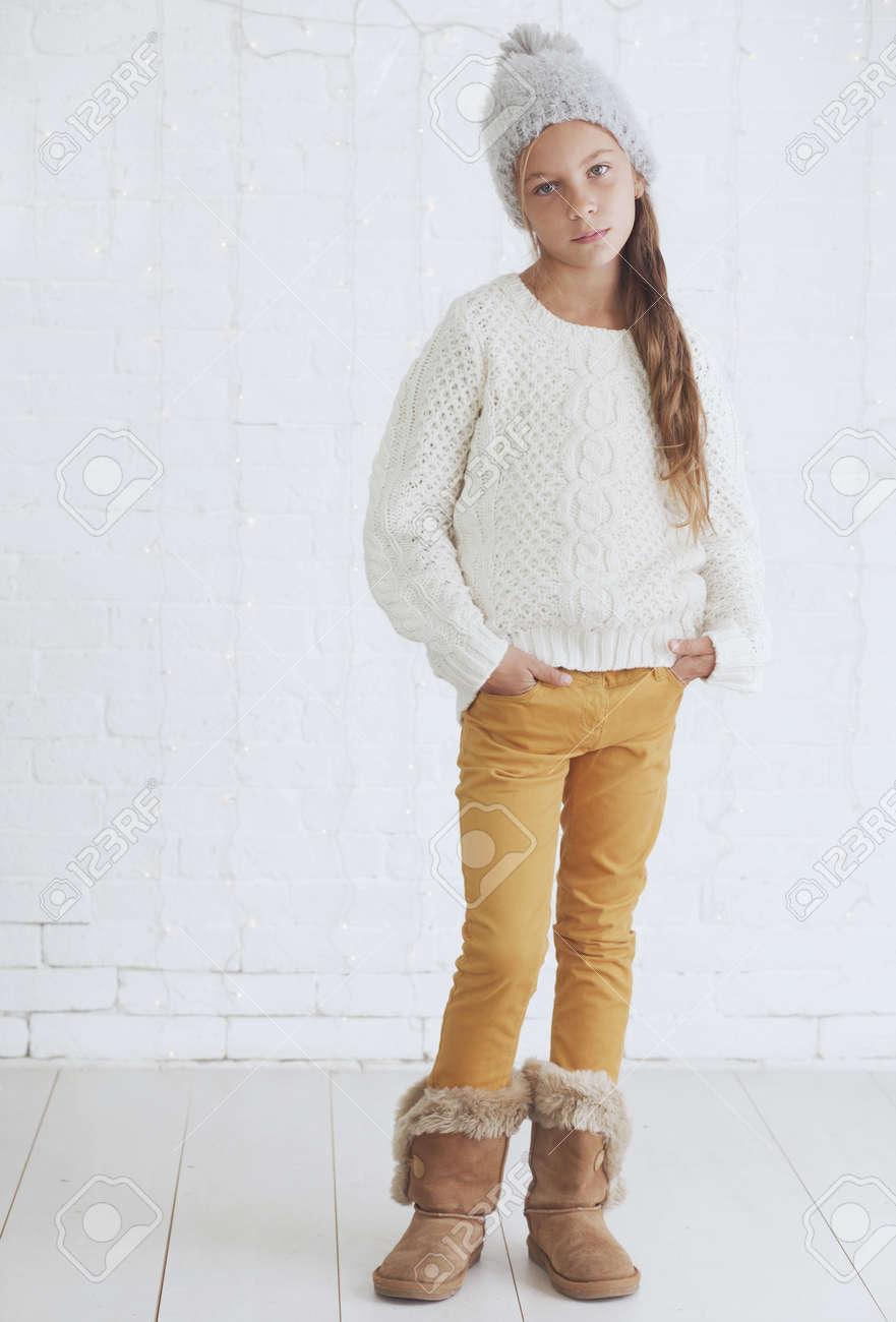 Cute Teenager-Mädchen 8-9 Jahre Alt Tragen Stricken Trendy ...