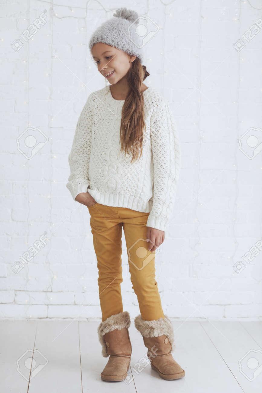 Cute Teenager-Mädchen 8-9 Jahre Alt Tragen Stricken Trendige ...