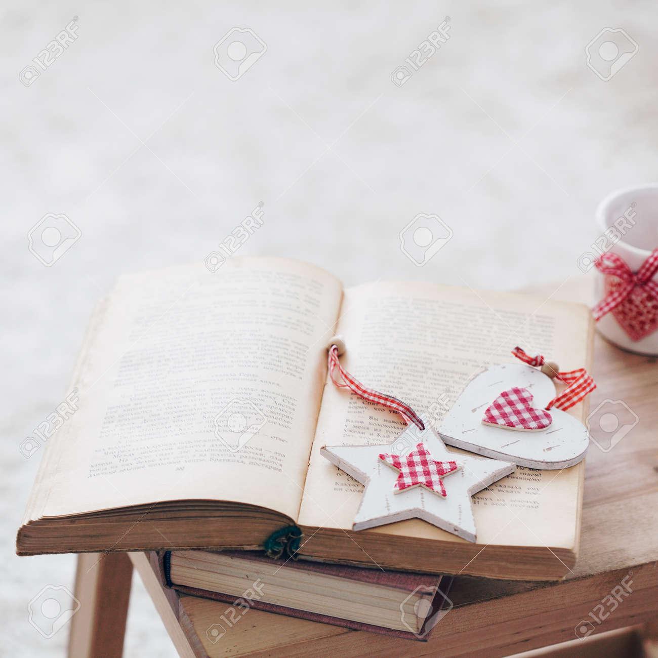 Warm Foto Gemütliche Momente: Jahrgang Buch Mit Weihnachtsdekor Und ...