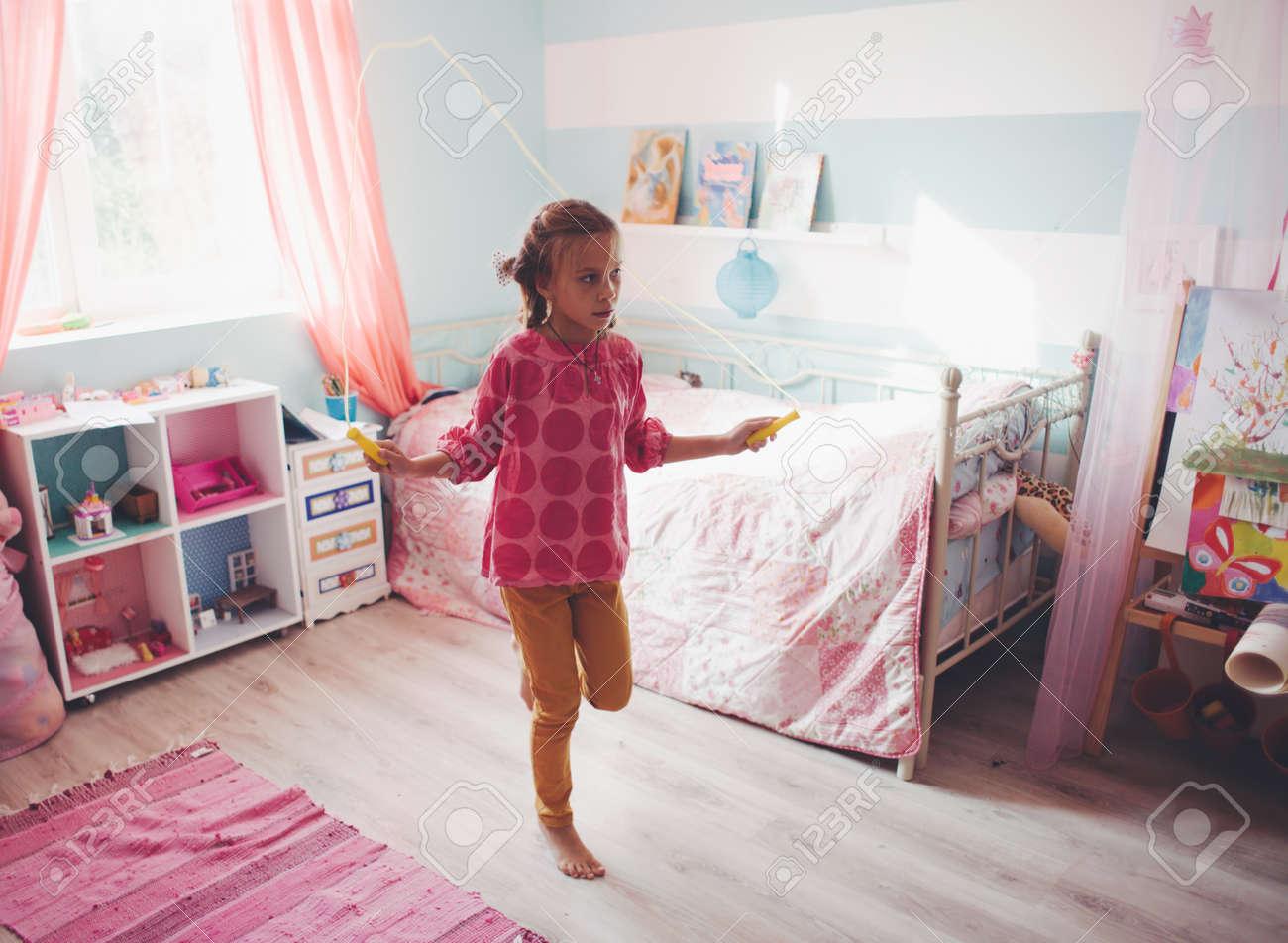 Niña De 8 Años Que Salta En Un Cuarto Hijo En El Hogar La Naturaleza Muerta Foto Fotos Retratos Imágenes Y Fotografía De Archivo Libres De Derecho Image 32487775