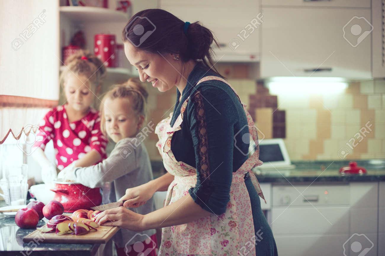 Madre Con I Suoi 5 Anni Di Età I Bambini Che Cucinano La Torta ...