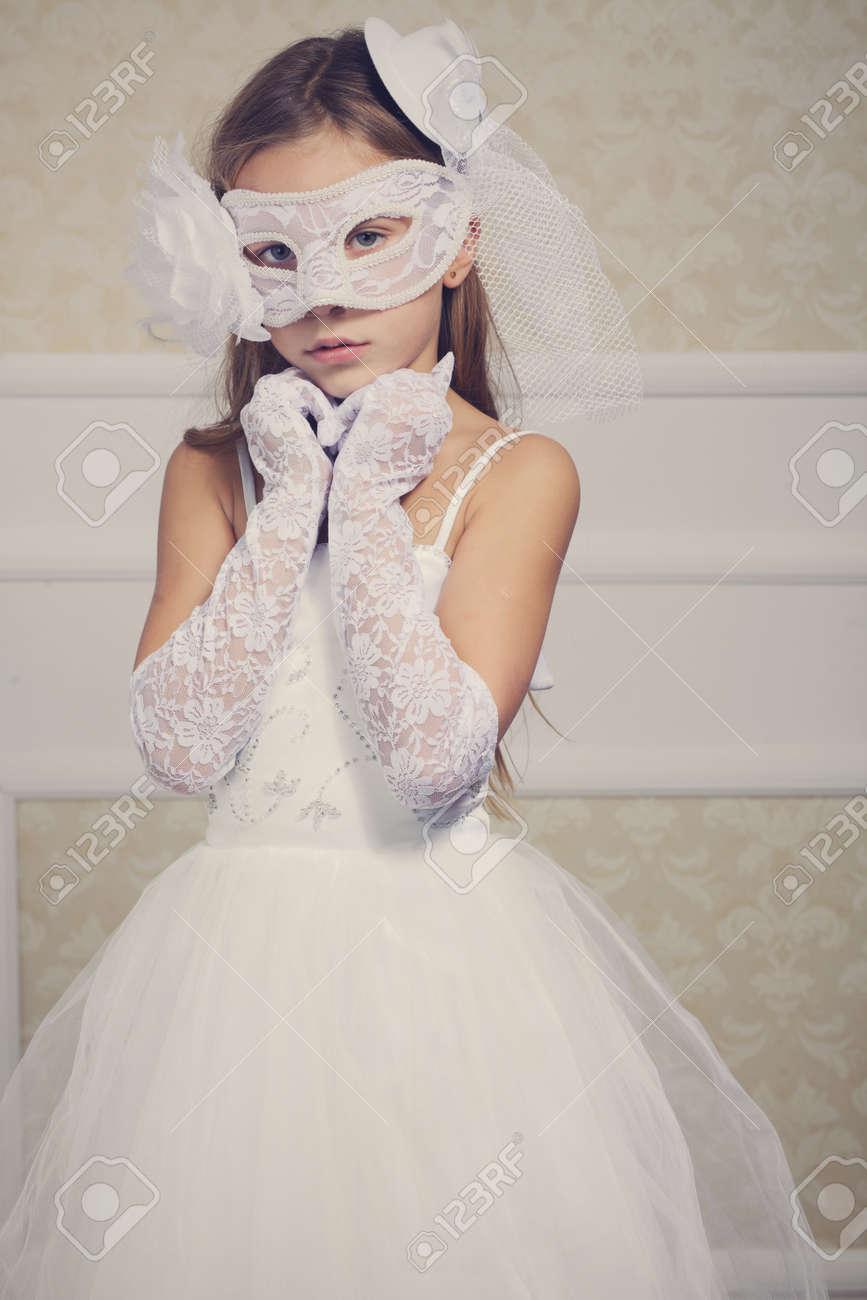 Porträt Einer Mode-Mädchen Mit Brautkleid Und Venezianischen Maske ...