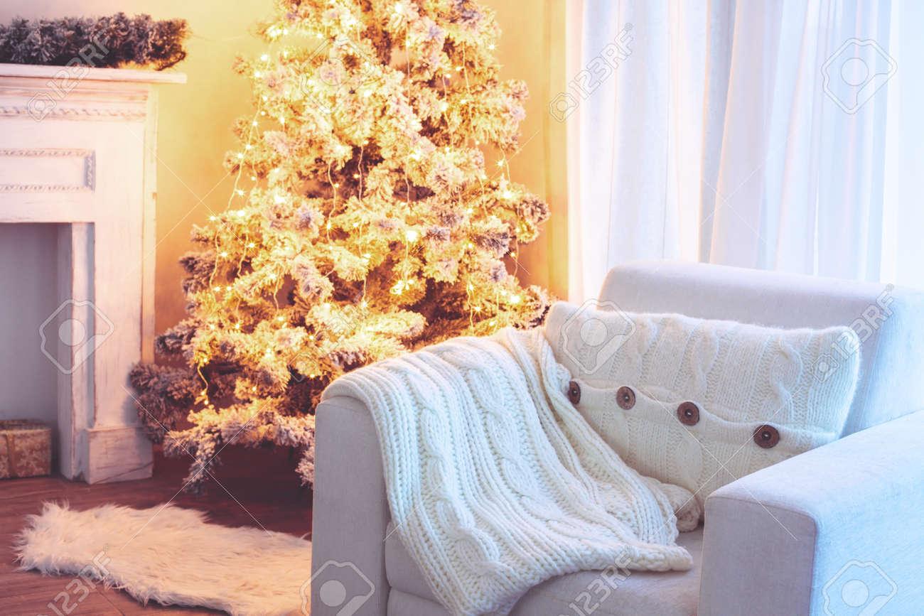Schöne Holdiay Eingerichtetes Zimmer Mit Weihnachtsbaum Und Weißen ...