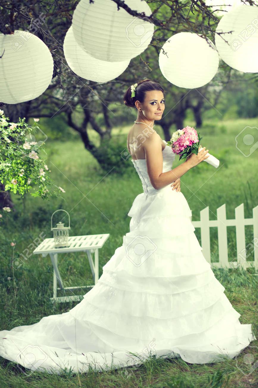 Bella Sposa In Posa Con Decorazioni Bianco Sotto Lanterne Di Carta ...