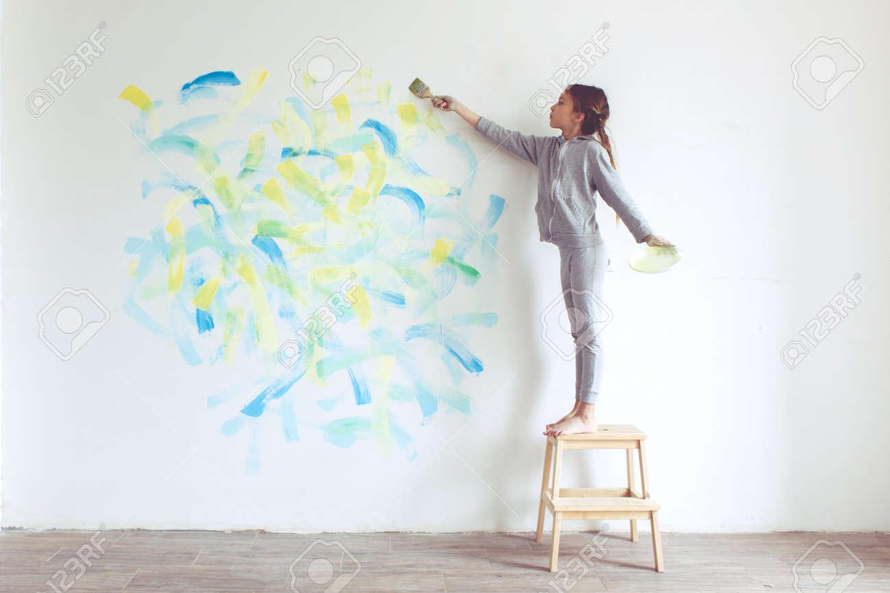 8 Jahre Altes Madchen Die Wand Malen Zu Hause Lizenzfreie Fotos