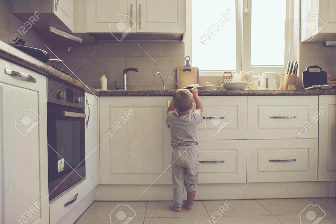 Cuisine Enfant 2 Ans | 2 Ans Enfant Debout Sur Le Plancher Seul Dans La Cuisine Mode De