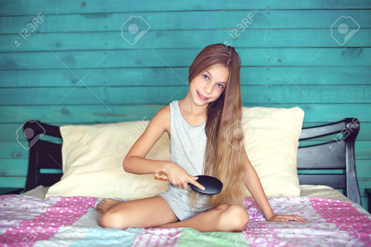 9 jaar oud meisje borstelen van haar lange haar in haar slaapkamer, Deco ideeën