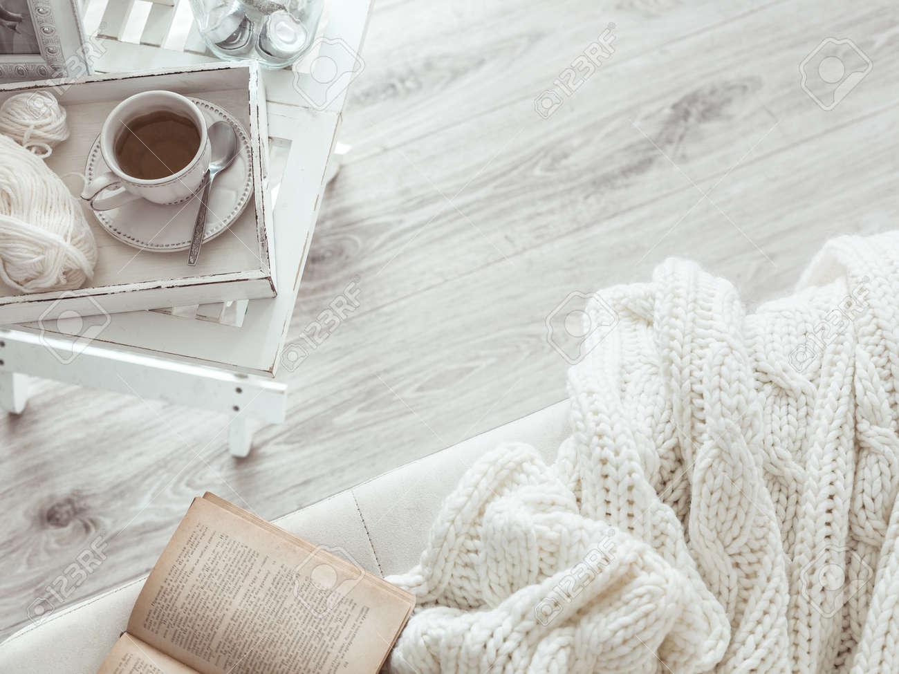 Soffbord Vintage : Stilleben detaljer kopp te på retro vintage träbricka ett