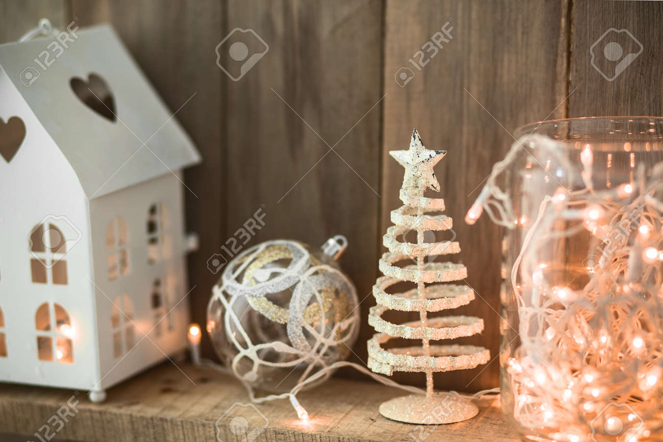 Deco Noel En Bois Naturel sweet home. décoration de noël blanc sur fond de bois naturel de cru.