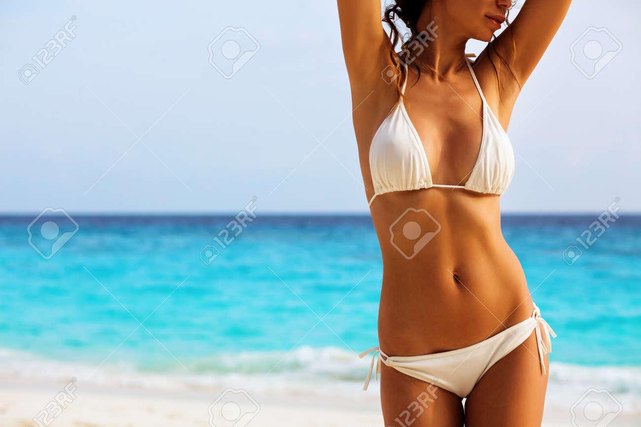 83f3847c543 セクシーなビキニ ビーチの背景の上に美しい女性の体 写真素材