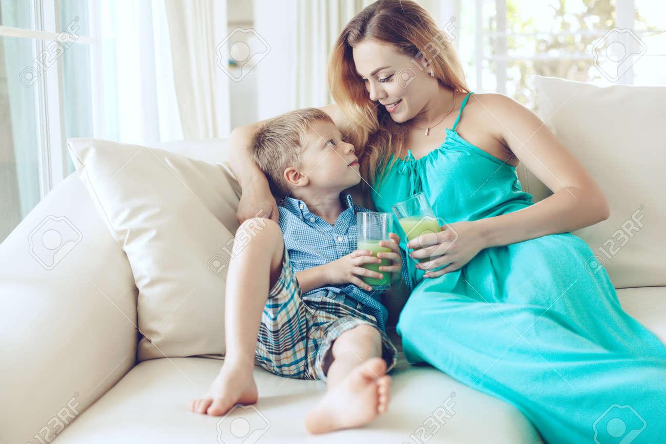 Секс сын трахает мать на диване, Порно русских мамочек, сын трахает маму 10 фотография