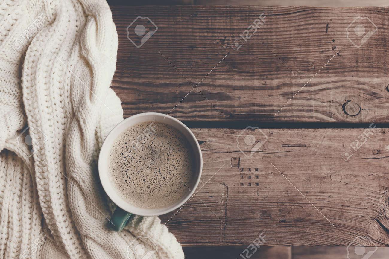 Immagini Stock - Tazza Di Caffè Caldo Sul Tavolo In Legno Rustico ...