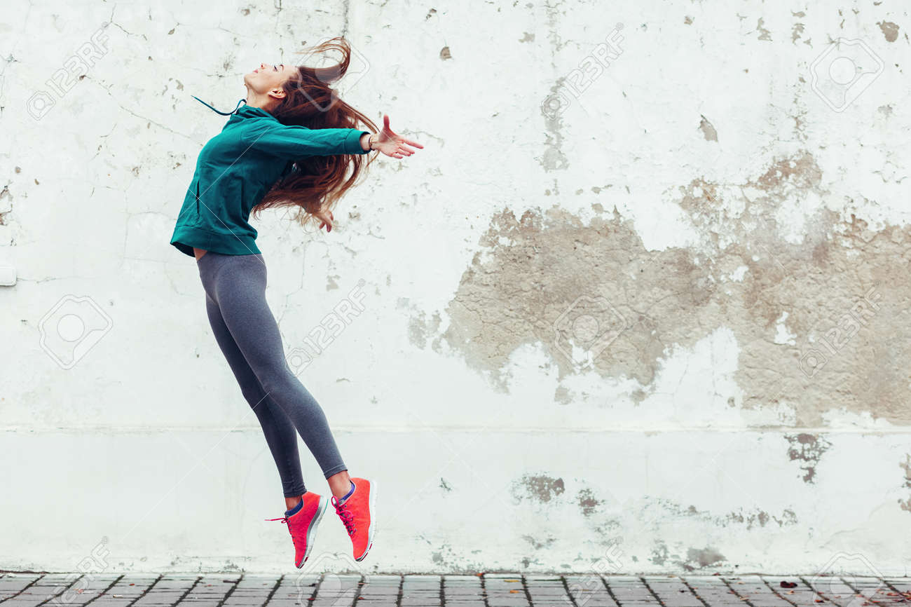 Fitness sport girl in fashion sportswear dancing hip hop in the street, outdoor sports, urban style - 66891210