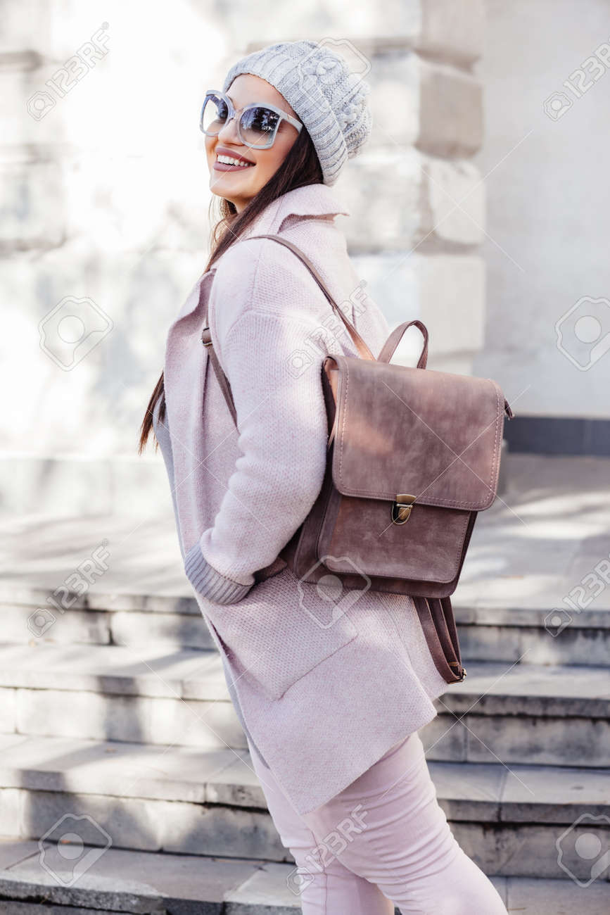 wholesale sales premium selection shoes for cheap Jeune femme élégante portant un manteau chaud rose, pantalon et sac à main  marche dans la rue de la ville en saison froide. la mode d'hiver, look ...
