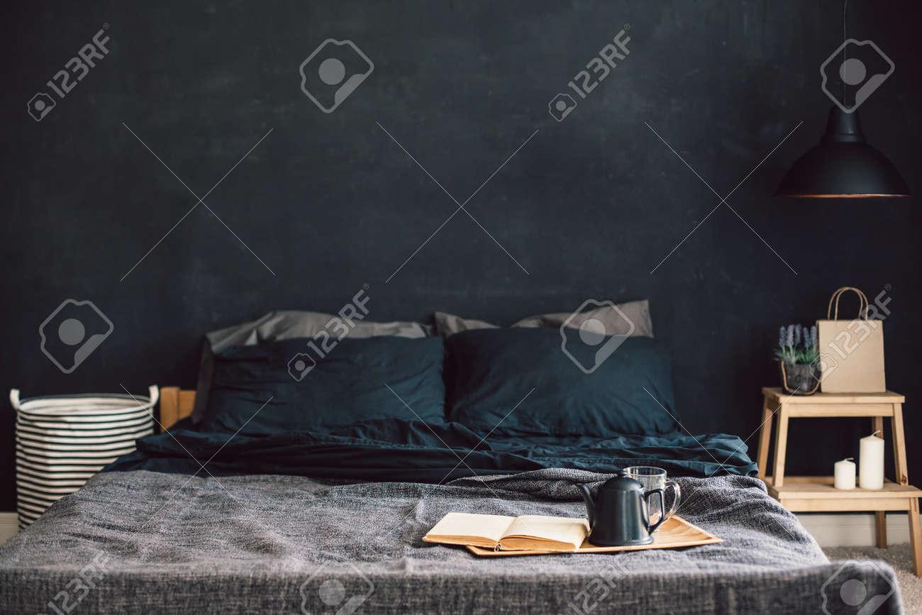 Schwarzes Stilvolles Loft Schlafzimmer. Unmade Bett Mit Frühstück Und Lesen  Auf Tablett. Lampe