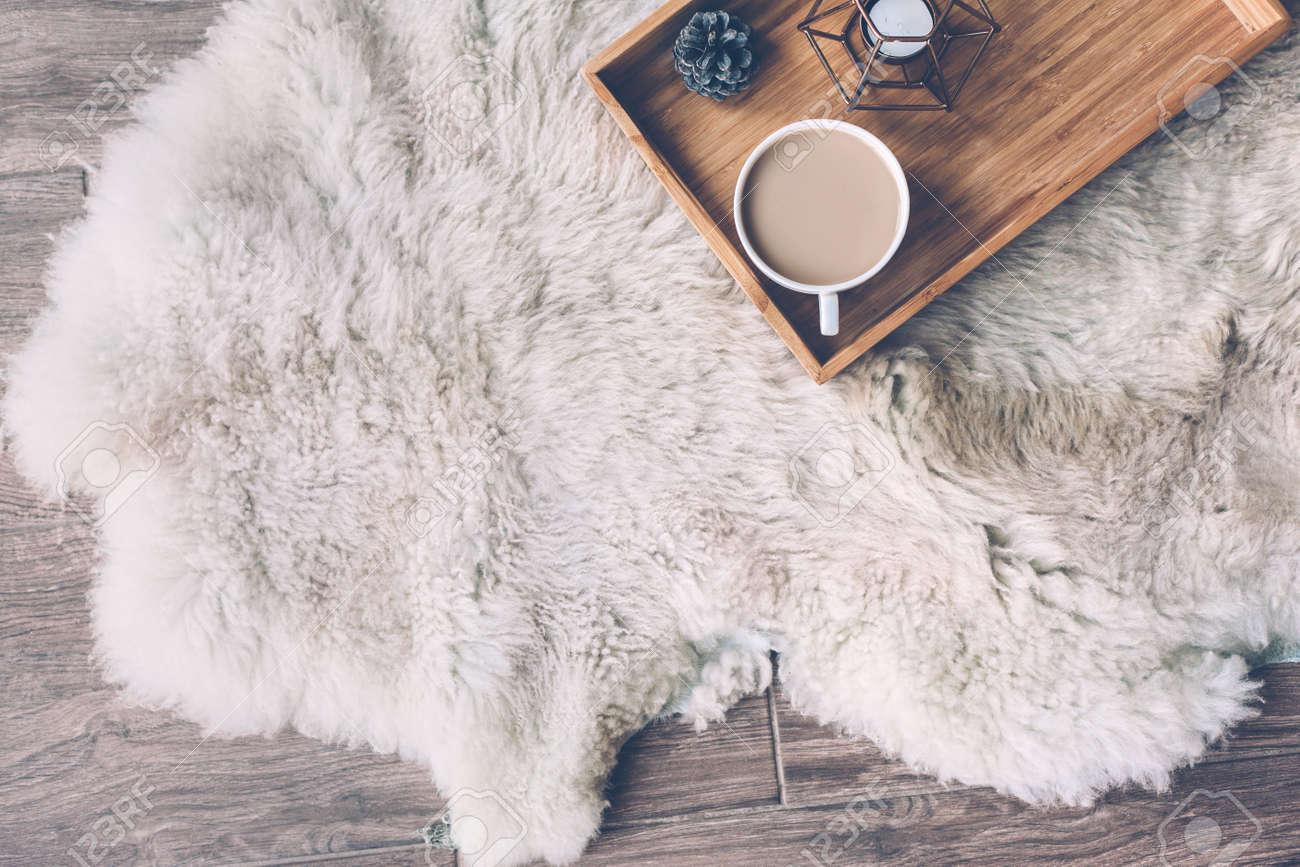 Decorazioni In Legno Per La Casa : Immagini stock tazza con caffè e decorazioni per la casa sul