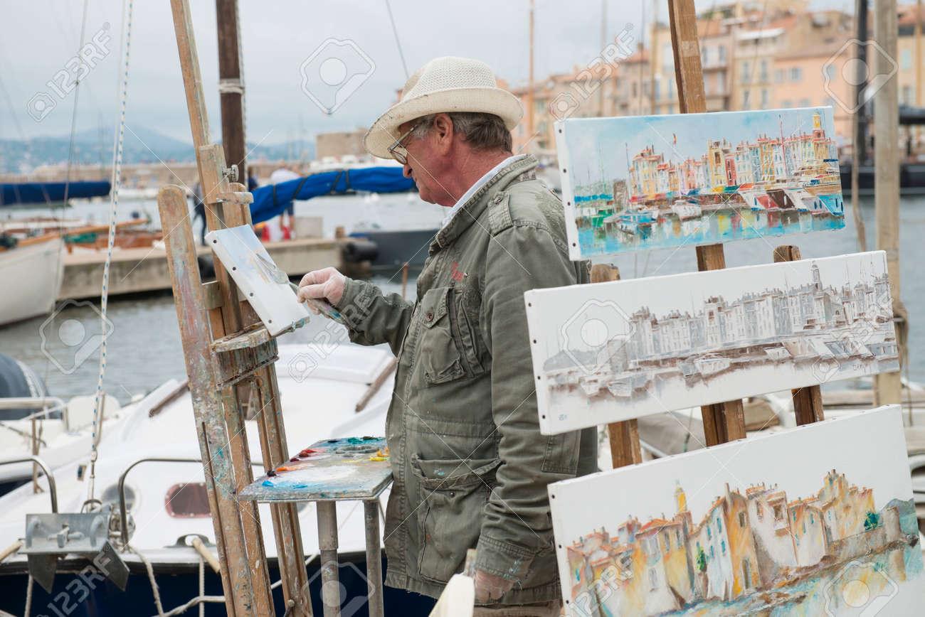 Artiste Peintre St Tropez saint tropez, france - le 21 octobre, 2013: artiste de rue à saint tropez  était la peinture et la vente de son travail le long de la habour.