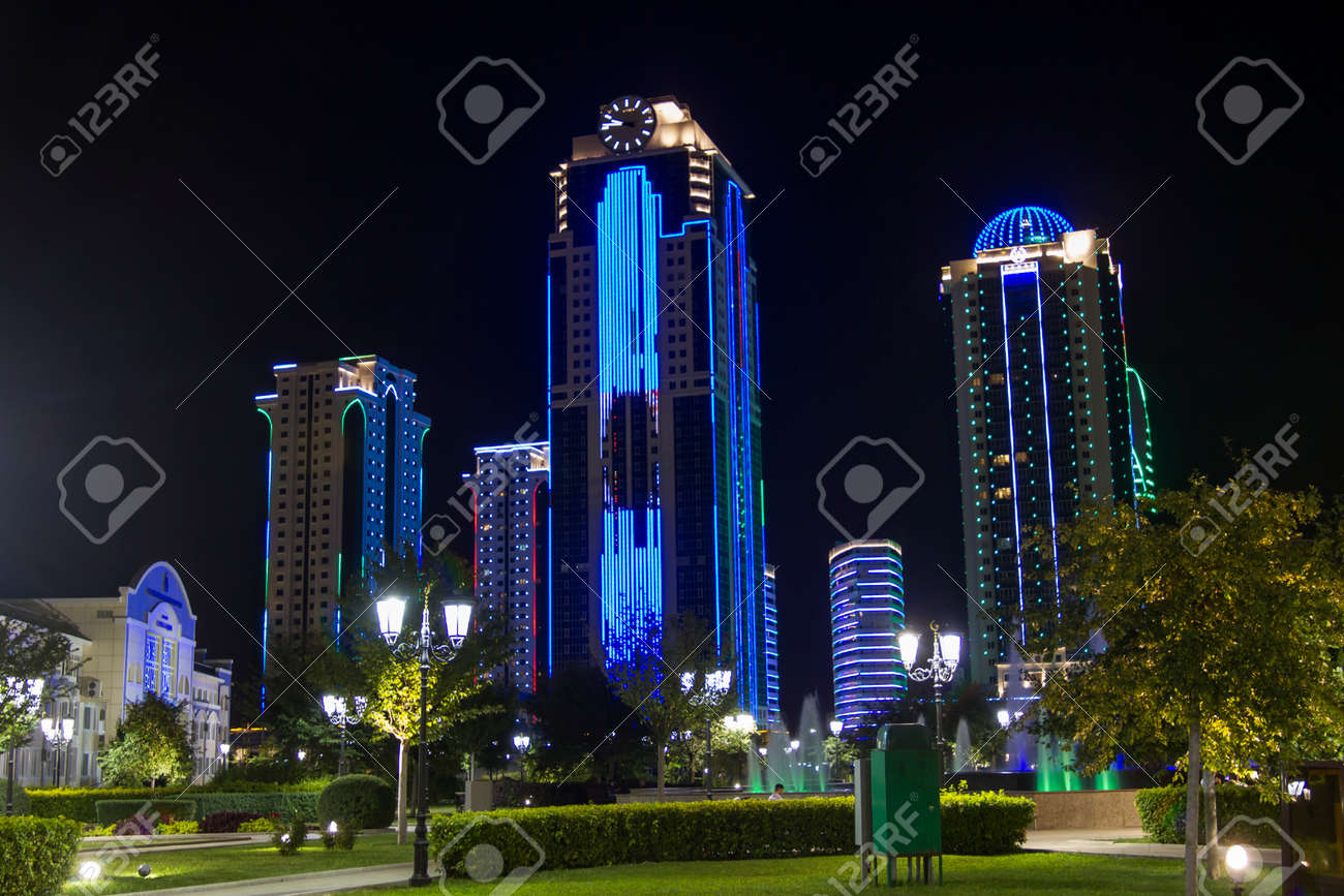 Edifici nel distretto di grozny città con illuminazione notturna