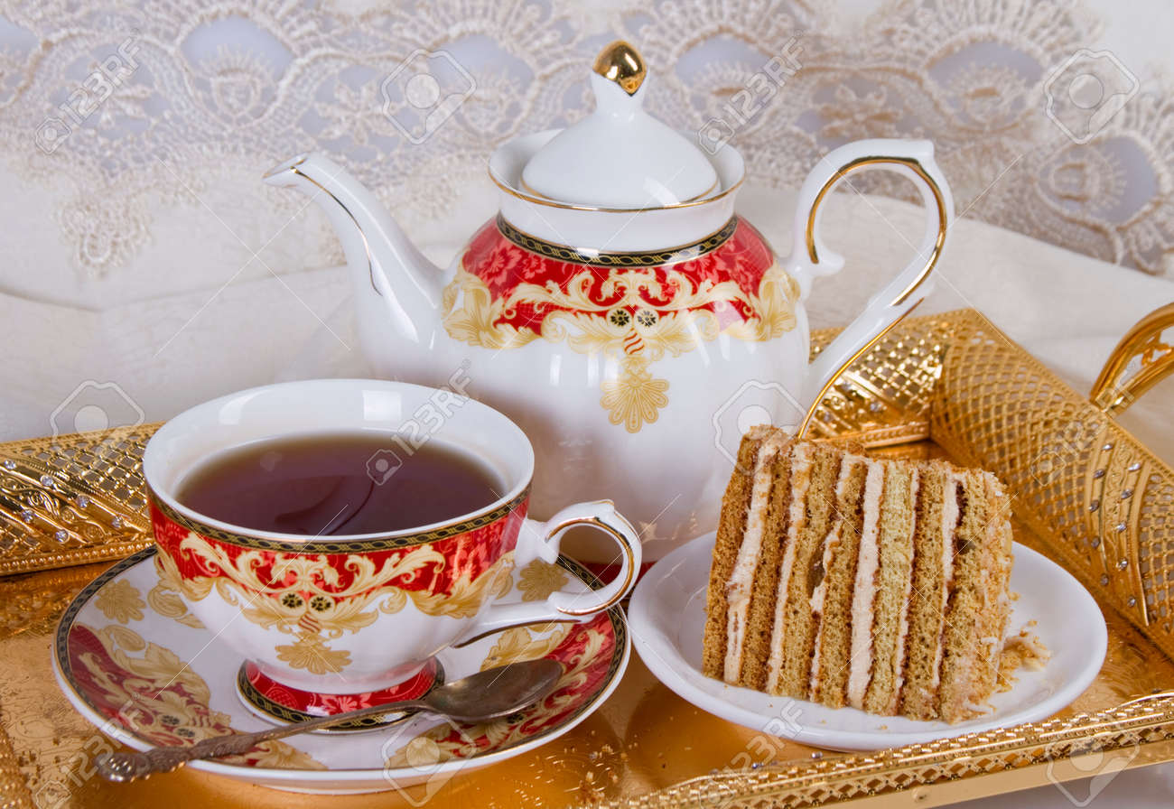 Ein Stuck Kuchen Mit Sahnefullung Und Eine Tasse Starken Tee