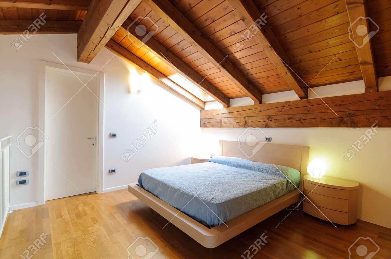 Cozy Vide Chambre Mansardée Avec Parquet Et Plafond Avec Poutres ...