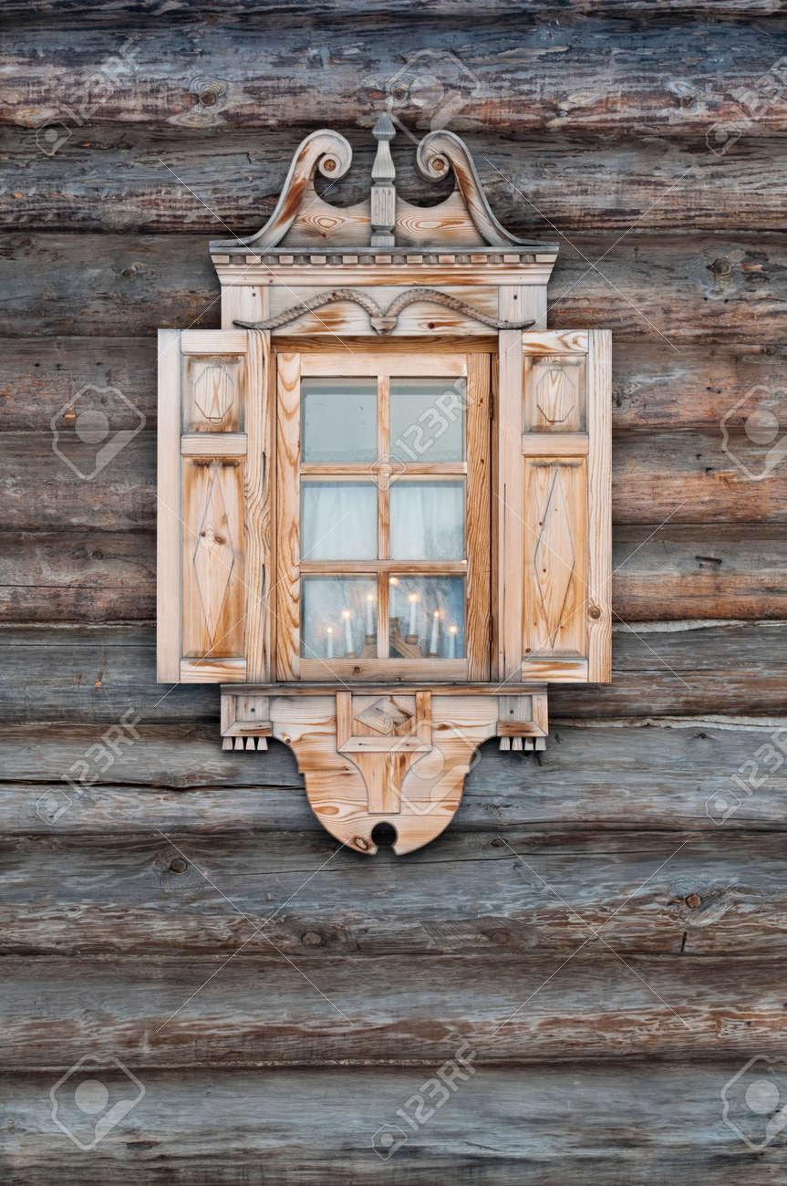 Fenster Mit Geschnitzten Türzargen In Einer Holzhütte. Lizenzfreie ...