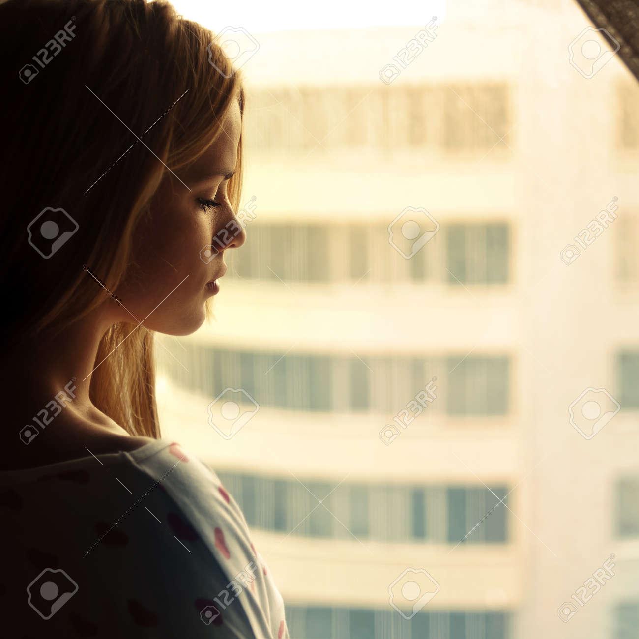 Картинки девушек блондинки смотрят в окно фото 280-0