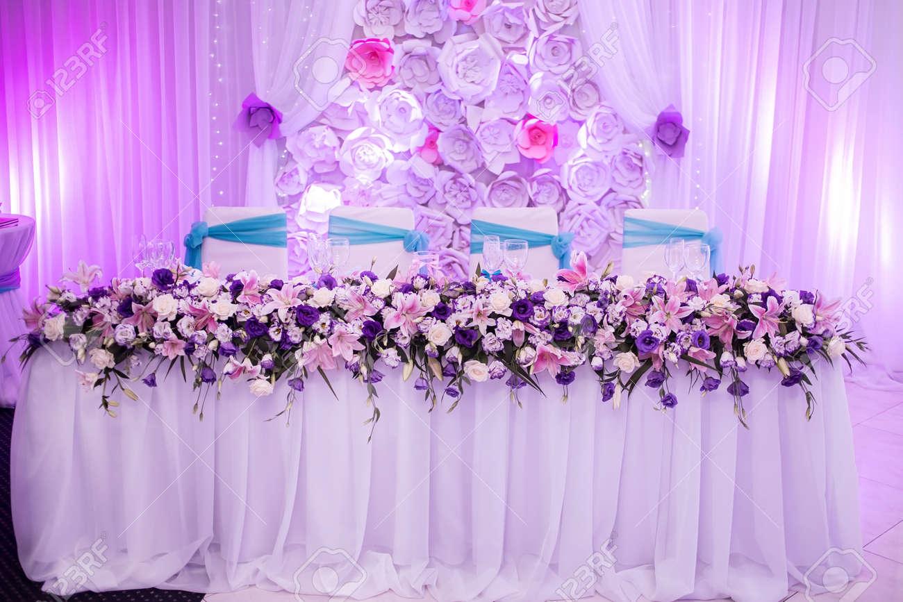Schone Hochzeit Tabelle Mit Blumendekoration In Blau Weiss Lila Und