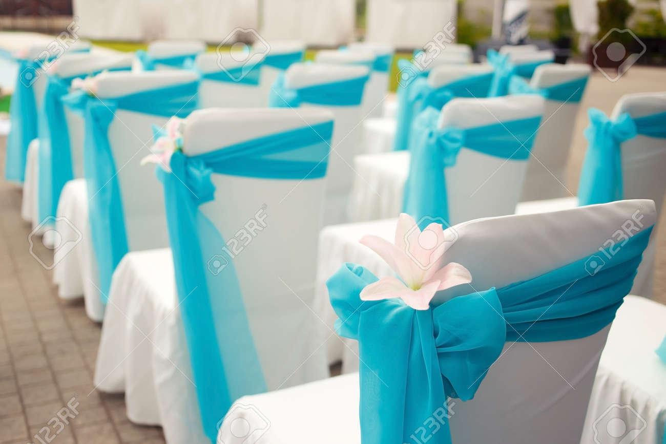 Belle décoration de lit avec lys sur cérémonie de mariage en couleurs bleu,  blanc et cyan. Photo horizontale