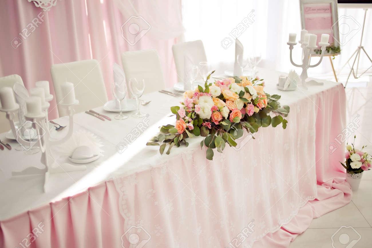 Schone Hochzeit Tabelle Mit Blumendekoration In Pastell Pfirsich