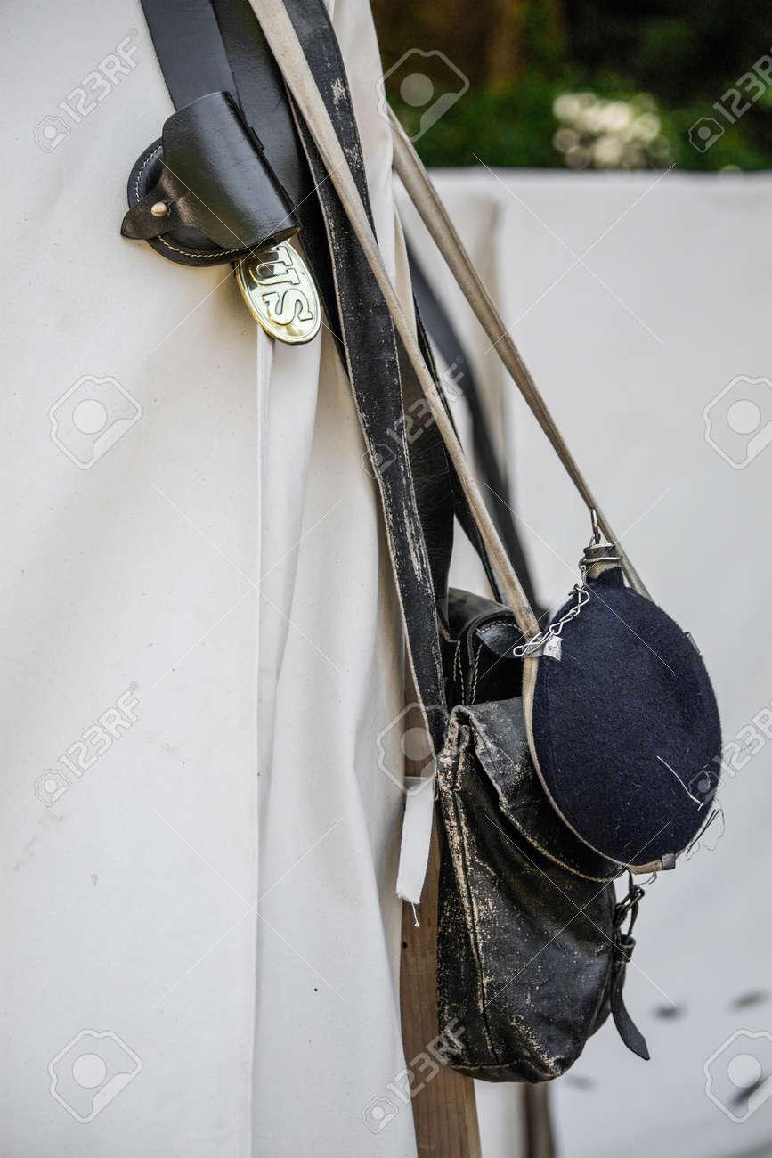 97388ad1140b Cantine, sac à dos en cuir, ceinture en cuir et insigne américain suspendu à