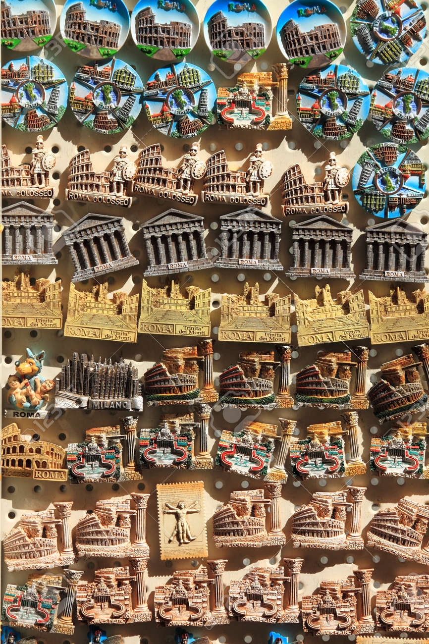 Suveniri - Page 2 18468687-souvenirs-of-rome-sold-in-a-market-stall