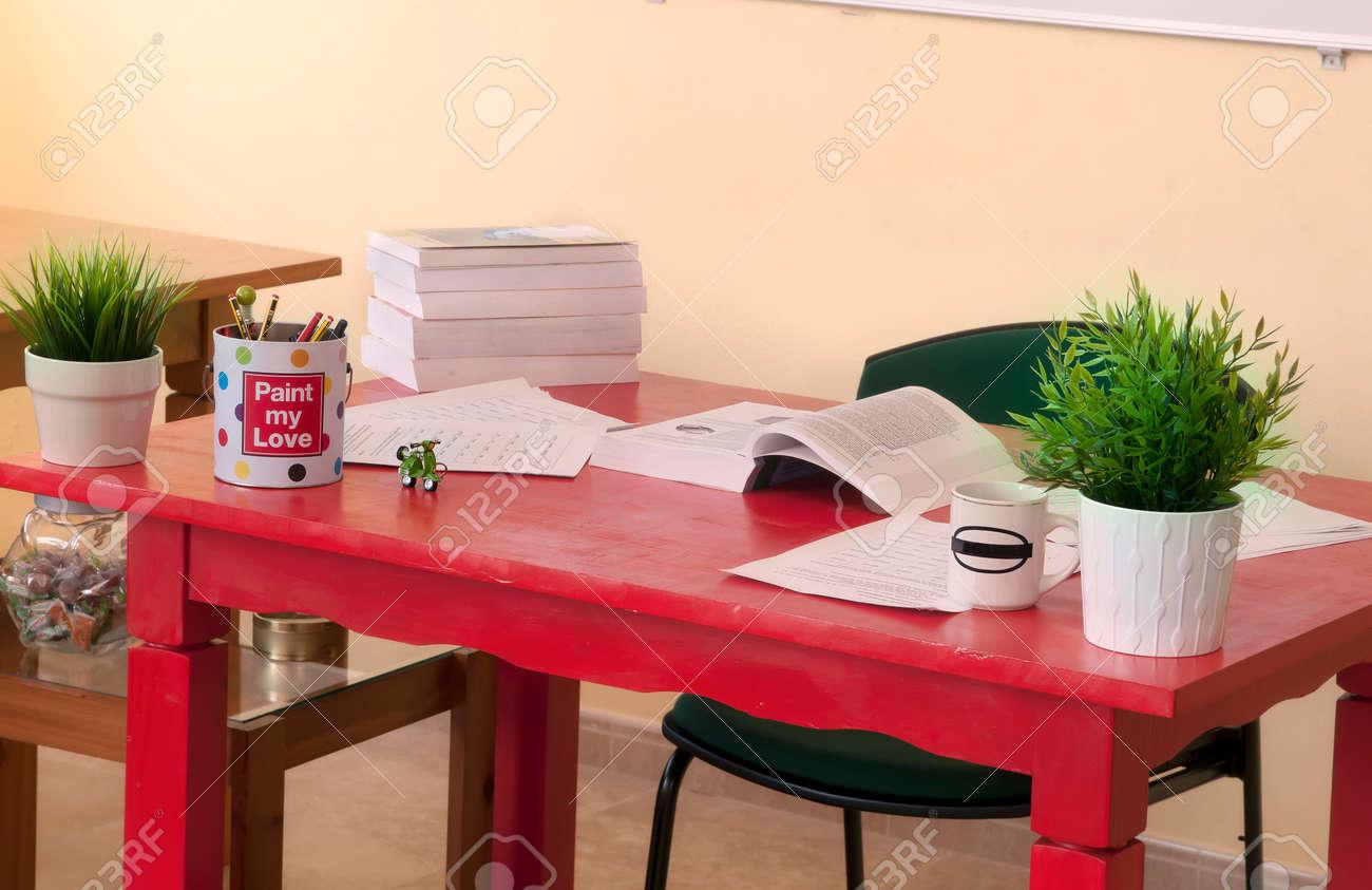 Bureau en bois rouge en milieu de travail banque dimages et photos
