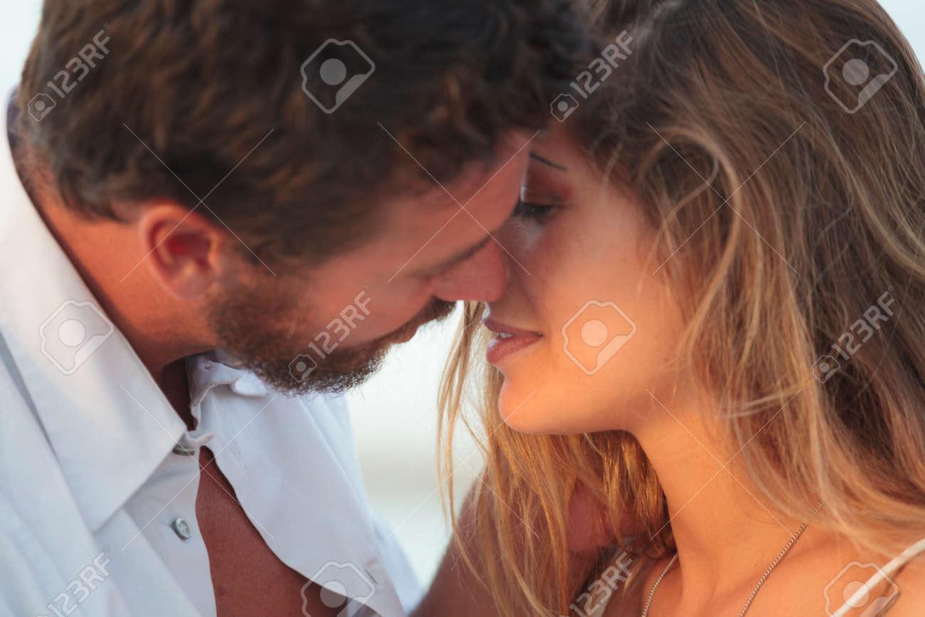 muzhchina-i-zhenshina-blondinka-kartinki-igrushka-devushka-seks-video